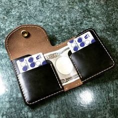 いいね!475件、コメント11件 ― KZY__6さん(@fujiya_artifact_leather)のInstagramアカウント: 「マネークリップ新型試作。中身はこんな感じ。 次回気持ち修正かな #leathercraft #leatherwork #レザークラフト #レザーワーク #マネークリップ #moneyclip…」 Leather Belt Bag, Leather Art, Custom Leather, Leather Design, Handmade Leather Wallet, Small Leather Wallet, Small Leather Goods, Clip Wallet, Leather Workshop
