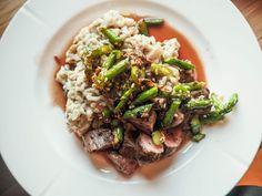 Kremet risotto, indrefilet av lam, rødvinssaus og asparges med smak av honning & sesamfrø. - Eileen Stulen Risotto, About Me Blog, Beef, Food, Meat, Meals, Ox, Yemek, Eten