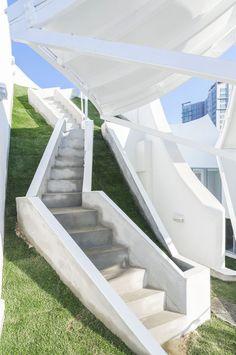 家のど真ん中にある庭に座ると浮遊しているように感じる「空飛ぶ家」   TABI LABO