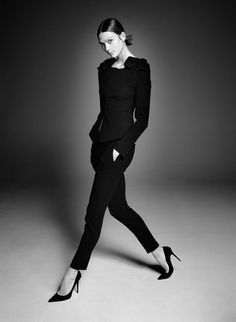Emmanuelle Alt brings black/white beauty of fashion and art together with Karlie Kloss in 'Affranchie' by David Sims for Vogue Paris Fashion Photography Poses, Fashion Poses, Fashion Shoot, Editorial Fashion, Fashion Editorials, David Sims, Foto Fashion, Vogue Fashion, Karlie Kloss