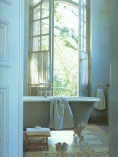 Banheiro com janelas grandes
