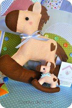 Love this felt horse!  This blog has so many super cute felt gifts - love, love, love!