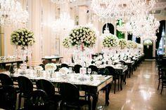 Os suntuosos lustres e arranjos de flores brancas deram um up em toda a produção - Decoração branca por João Callas - Foto Rodrigo Sack