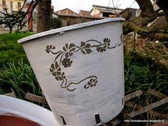 """vasi plastica: idea riciclo creativo per giardinaggio fai da teIdea arredo giardino """"shabby chic"""", fioriere fai da te! Avete dei vasi di plastica marrone o neri, che vi restano inutilizzati dopo l'acq"""