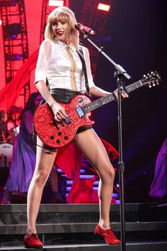 Taylor Swift Photos Photos - Taylor Swift performs on the third of a four-night run of sold-out show, as part of her 'RED World Tour' at the Staples Center in Los Angeles. - Taylor Swift Performs in LA Taylor Swift Rot, Taylor Swift Red Tour, Taylor Swift Music, Long Live Taylor Swift, Red Taylor, Taylor Swift Pictures, Taylor Alison Swift, Swift Tour, Staples Center