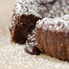 Gâteau minute au chocolat de Virginie – Ingrédients de la recette : 200 g de chocolat noir, 100 g de beurre, 3 oeufs, 100 g de sucre, 75 g de farine
