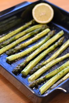 Helppoa, nopeaa ja yksinkertaista, mutta niin herkullista. Sweet Recipes, Vegan Recipes, Cooking Recipes, Oven Roasted Asparagus, British Dishes, My Cookbook, Halloumi, Green Beans, Food And Drink