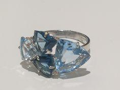 Uma variedade de topázio sky (as gemas da parte lateral) e topázio London ( as gemas centrais) , raros e belos ! anel ouro 18k