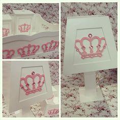 Kit Higiene Coroa Princesa da pequena Ysabela! Ricos detalhes nas coroas com Strass!! #bebe #kithigiene #kitbebeprincesa #princesa #coroa #strass #rosa #abajur #cestoportatreco #poteshigiene #kitbebe #menina #instababy #decoracaoquarto #babyroom  #maniadearte #artesanato #artesanatobebe #decoracao #arte