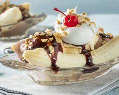 Υλικά για 2-4 άτομα  6 μεγάλες κουτ. σούπας παγωτού σοκολάτα εμπορίου ή σπιτικό 100 ml κρέμα γάλακτος χτυπημένη σε σαντιγί 2 κουτ. σούπας σος σοκολάτας 3  γλασαρισμένα κεράσια (φρουί γλασέ ή μαρασκίνο) 40 γραμμάρια καρύδια πεκάν, χοντροκομμένα 1/2 κουταλιά της σούπας άχνη ζάχαρη 1 κουτ. σούπας βούτυρο 2 κουτ. σούπας μαύρη ζάχαρη 6  μικρές μπανάνες, όχι πολύ ώριμες 50 ml ρούμι