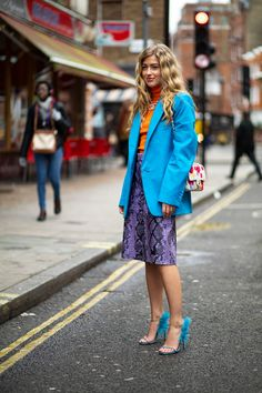 Florals and Ruffles Ruled the Streets on Day 4 of London Fashion Week - Fashionista Cool Street Fashion, Street Chic, Street Wear, Autumn Street Style, Street Style Looks, Satin Jackets, Style Snaps, London Fashion, Casual Chic