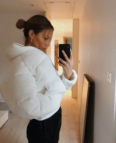 Women's White Puffer Jacket Urban Winter Wear Fashion Stylish Outfit Casual Urban Style Inspo Photo – Christmas Fashion Trends Warm Outfits, Mode Outfits, Stylish Outfits, Fashion Outfits, Fashion Trends, Fashion Clothes, Fashion Ideas, Summer Outfits, Mode Kylie Jenner