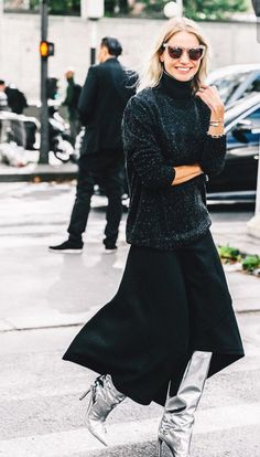 When it comes to fashion week street style trends, there's one clear winner from Slouchy boots are a new season hit. Street Style Outfits, Street Style Shoes, Mode Outfits, Stylish Outfits, Black Maxi Skirt Outfit, Maxi Skirt Outfits, Flowy Skirt, Midi Skirt, Fashion Week