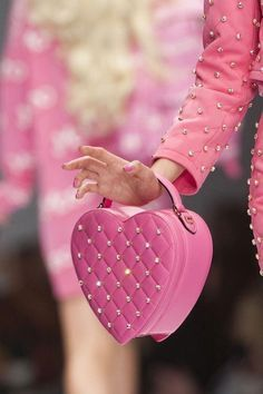 PINK Moschino Couture.LVE Such A Pretty Delightful Le Sac!Used To Have A VS Bag Very Similar To This.