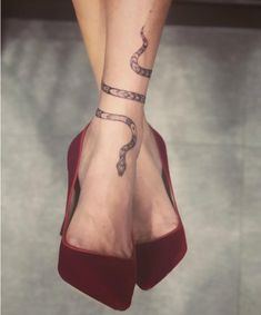 21 Ankle Tattoos You Haven't Seen a Million Times Before 21 Unique Ankle Tattoo. - 21 Ankle Tattoos You Haven't Seen a Million Times Before 21 Unique Ankle Tattoo Ideas for Every - Snake Ankle Tattoo, Ankle Tattoo Men, Ankle Tattoos For Women, Back Ankle Tattoo, Tattoo On Leg, Wrap Around Ankle Tattoos, Henna Ankle, Tattoo Forearm, Pretty Tattoos