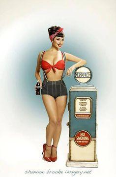 """Algunas de las más famosas fueron las conocidas """"Varga Girls"""", creadas por uno de los más famosos pintores de modelos pin-up, el peruano Joaquín Alberto Vargas y Chavez.  Sus pinturas fueron adaptadas para adornar el fuselaje de muchos aviones de la Segunda Guerra Mundial."""