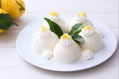 Le delizie al limone sono famosi dolcetti di origine campana formati da una morbida cupoletta di Pan di Spagna e gustosa crema ai limoni di Amalfi!
