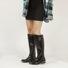 Ideales botas planas de charol negras con remaches dorados. Riding Boots, Knee Boots, Shoes, Fashion, Templates, Flat Boots, Patent Leather, Winter, Black