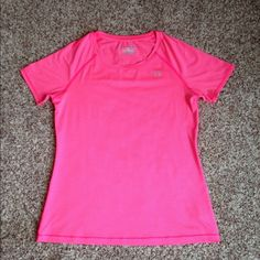 Under Armour heatgear tee Under Armour Fitted heatgear short sleeve tee. Worn and washed only once. I purchased too small and it just didn't fit right. Under Armour Tops Tees - Short Sleeve