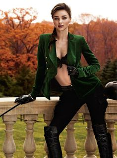 ¡Me encanta la chaqueta!  Miranda Kerr Gets Equestrian for the August Issue of Harpers Bazaar UK