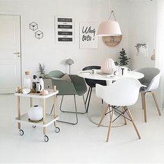 Hjemmet til @camillaathena er så fint!! ✨✨ Tipper dere er enige! 💕 Vi har Ambit taklampen i alle farger 💛 Hos oss får dere også Block table og Fiber Chairs ✨ Eller hva med noen POV lysestaker til veggen? ✨ Dette hjemmet er hvertfall en fantastisk inspirasjon! 😍 #mittnordiskehjem #muuto #normanncopenhagen #diningroom #interior #beautiful #nettbutikk