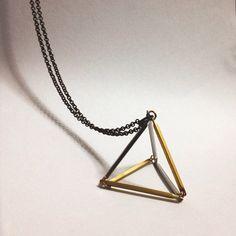 Triangolo 3D design geometrico minimo gioielli di XenaStyle