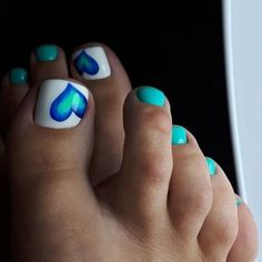 The advantage of the gel is that it allows you to enjoy your French manicure for a long time. There are four different ways to make a French manicure on gel nails. Pretty Toe Nails, Cute Toe Nails, Fancy Nails, Gel Toe Nails, Pretty Toes, Toe Nail Polish, Gel Toes, Feet Nails, Matte Nails