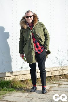 Pitti Moda - takablotaro: The Best Street Style From Milan AW. 50 Year Old Man Fashion, Old Man Outfit, Cool Street Fashion, Street Style, Mature Mens Fashion, 50 Year Old Men, Pretty Boy Swag, Military Fashion, Parka
