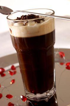 Kaffelade er kaffe og sjokolade i skjønn forening. Og når vi blander inn litt av konfektklassikeren After Eight, ja, da er det lite som kan gå galt. Serveres gjerne med litt revet sjokolade eller kakaodryss på toppen. Tin, Drinks, Tableware, Pictures, Drinking, Beverages, Dinnerware, Pewter, Tablewares