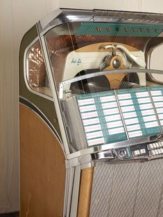 I want a vintage jukebox with 70´s music in it....the scratchy sound of the vinyls is so unique