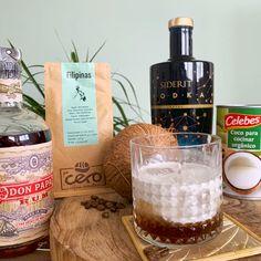 Hazte un cóctel estilo Filipinan en casa con esta #receta, una manera segura de animar la cuarentena. 🌈☀️ Hemos dado un giro al clásico White Russian,  con un licor de café casero, usando nuestro ron de Don Papa Rum 🥃 con su delicioso toque de vainilla y nuestro café ☕ súper especial de Filipinas, mezclado con el vodka de Gin Siderit de fermentación láctica y un toque final de leche de coco de Celebes.🥥😋  #FilipinanMarket #gourmet #cóctel #receta Don Papa, Cocoa, White Russian, Whiskey Bottle, Food And Drink, Alcohol, Drinks, Gourmet, Vanilla Vodka