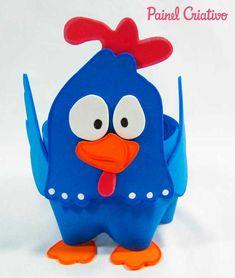 Lembrancinha de Aniversário da Galinha Pintadinha. Materiais necessários: EVA nas cores azul, vermelho, laranja e branco, cola instantânea (ou cola quente), caneta permanente preta, tesoura e garrafa pet.