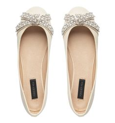Do you want a little sparkle in your wardrobe? Why not achieve this with your shoes! ~These shoes are perfect for a special date or for a sunny day.