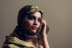 Foto close, mulher, modelo, maquiagem artistica, olhos verdes, pele iluminada, lábios laranja, propaganda, pele luminosa, lenço verde. Beleza Polly Itacaramby Foto Andre Bonnano
