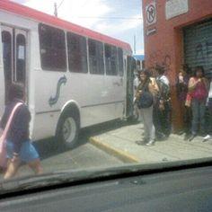 Están mal trazadas las rutas de camiones que circulan por Tonalá ya que tienen que transitar por estrechas calles que ponen en serio peligro a los peatones y ni quién haga o diga algo. Foto de reportero ciudadano anónimo.