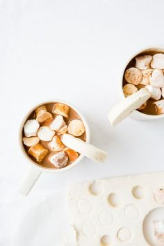 A Nutella dessert recipe that you can add to hot chocolate, coffee, cookies, and more! It's Nutella marshmallows that look as good as they taste. Latte Macchiato, Food Styling, Cake Recipes, Dessert Recipes, Desserts Diy, Yummy Recipes, Vegetarian Recipes, Recipes With Marshmallows, Marshmallow Recipes