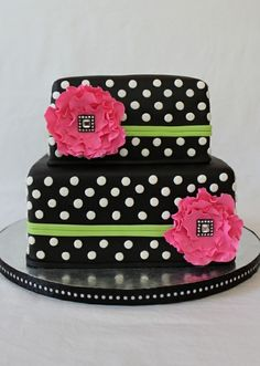 Love the polka dots on this cake!