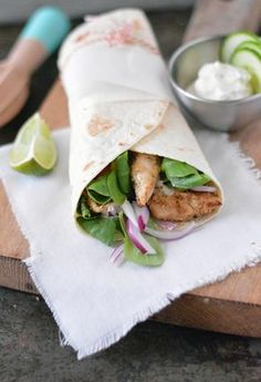 Greek wraps with chicken and tzatziki Eef Kook Zo Food Porn, Tortilla Wraps, Taco, Happy Foods, Easy Healthy Breakfast, Breakfast Ideas, Wrap Sandwiches, Clean Eating Snacks, Food Inspiration