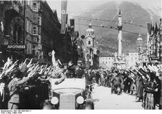 Bundesarchiv Bild 146-1985-083-11, Anschluss Österreich, Innsbruck - Causes of World War II - Cheering crowds greet the Nazis in Innsbruck
