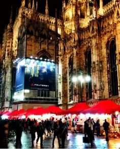Milan Christmas Market right next to the Duomo >>> How fun would it be to Christmas hop through Europe? Have you ever been to a European Christmas market?