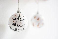 Die Geschenke sind mit dem handgemachten Geschenkpapier verpackt, das Weihnachtsdinner steht fest und der Christbaum ist bereit um aufgestellt zu werden. Wir sind bereit. Okay, fast! Eine Frage stellt sich nämlich jedes Jahr aufs Neue: Wie sollen wir den Weihnachtsbaum dieses Jahr schmücken? Denn irgendwie gefallen die Kugeln vom letztenweiterlesen …