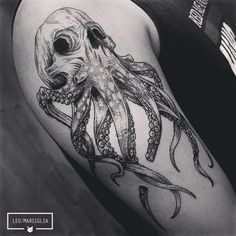 Primeira tattoo do van, vlw pela confiança brother! #tattoosp #tatuador #tattoo #estudiotattooink #dotwork #linetattoo #linework #blackwork #blacktattoo #skull #skulltattoo #octopus #octopustattoo #animaltattoos