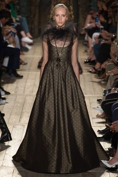"Famous Italian fashion house ""Valentino"" dedicated it's theatrical Fall 2016 Haute Couture Collection to William Shakespeare. Haute Couture Style, Couture Mode, Couture Fashion, Runway Fashion, Fashion Show, Fashion Outfits, High Fashion, Fashion Weeks, London Fashion"