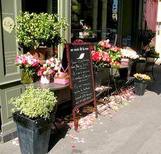 ysvoice:  | ♕ |  au Nom de la Rose - shop front  | by toiledejouy French Flowers, Beautiful Flowers, Shop Display Stands, Shop Displays, Window Displays, Make Your Own Calendar, Healthy Preschool Snacks, Popular Photography, Paris Shopping