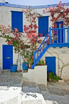 Greece Art & Architecture / Ano Syros, Syros Island, Cyclades, Greece researched by NEΦEΛH AΓΓΕΛΛΟΥ Syros Greece, Greece Art, Greek Blue, Colour Architecture, Greek Isles, World Cultures, Holiday Destinations, Background Images, Wonders Of The World