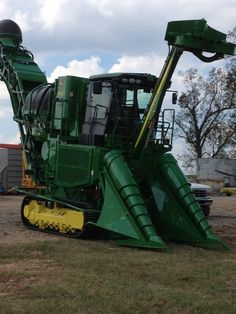 John Deere Sugar Cane Harvester on Mistretta Farms, White Castle, LA - Jennifer Mistretta. Don't see these in the UK! Old John Deere Tractors, Jd Tractors, John Deere Equipment, Heavy Equipment, New Holland, Cat Farm, Farming Technology, New Tractor, Crawler Tractor