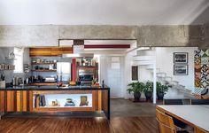 O morador queria uma cozinha informal e rústica, para interagir com os convidados. Como a suíte fica no andar de cima, o arquiteto Max Gosslar derrubou a maioria das paredes. Só ficou a coluna em que passam os canos, onde há um nicho para os fornos.