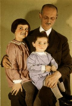 A young Anne Frank, her sister Margot and her father Otto Frank. Otto and His Girls Margot Frank, Past Tense, Holocaust Survivors, Education Humor, Rosa Parks, History Books, Luther, Historical Photos, World War