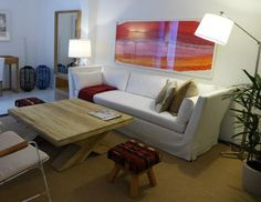MARABIERTO - Sofá Lux con funda en jean blanco, mesa de living Cross en teca, banquitos André manta, cuadro Taco, lámpara Industrial niquel articulada.