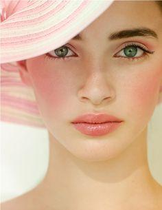 Beautiful pink and gold makeup.